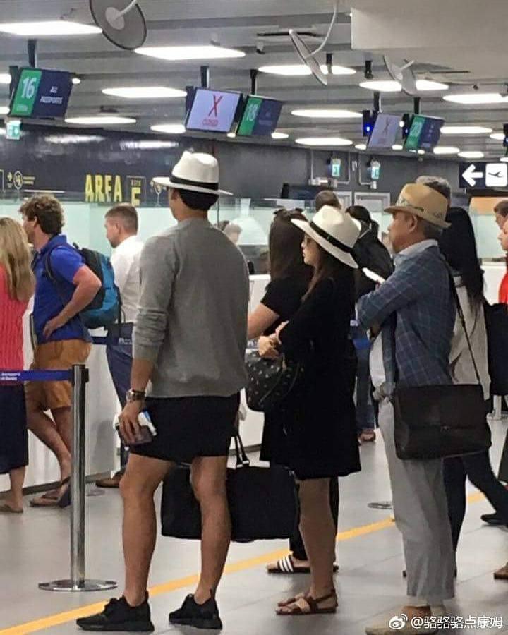 Sao Hàn 9/9: Kim Tae Hee lộ bụng bầu, diện mũ đôi cùng ông xã tại sân bay-1