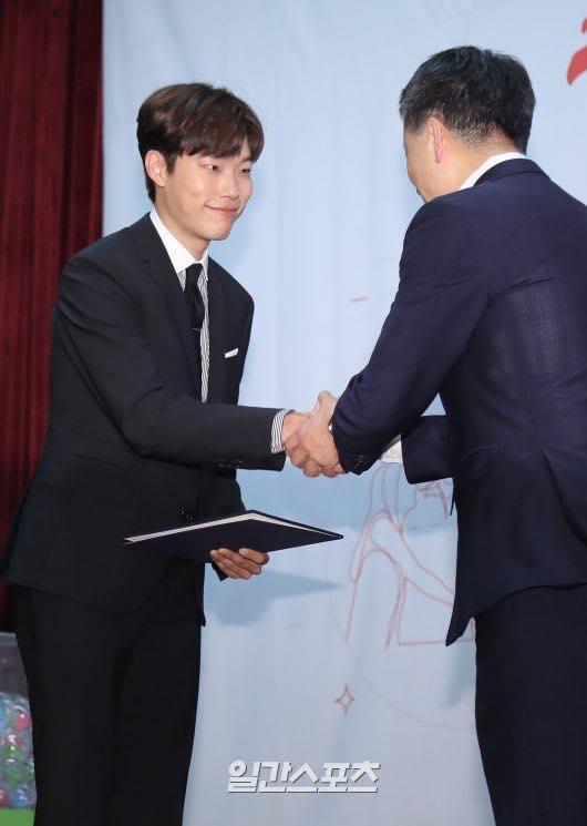 Sao Hàn 9/9: Kim Tae Hee lộ bụng bầu, diện mũ đôi cùng ông xã tại sân bay-5