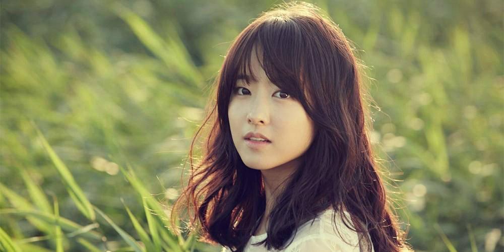 Sao Hàn 9/9: Kim Tae Hee lộ bụng bầu, diện mũ đôi cùng ông xã tại sân bay-9
