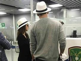 Sao Hàn 9/9: Kim Tae Hee lộ bụng bầu, diện mũ đôi cùng ông xã tại sân bay