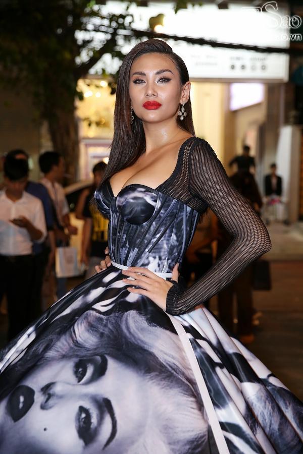 Diện váy in hình mình, Võ Hoàng Yến chặt đẹp Phạm Hương trên thảm đỏ Next Top-1