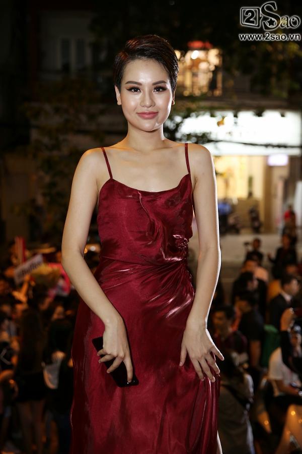 Diện váy in hình mình, Võ Hoàng Yến chặt đẹp Phạm Hương trên thảm đỏ Next Top-12