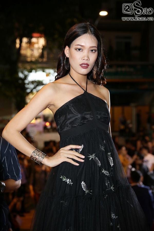 Diện váy in hình mình, Võ Hoàng Yến chặt đẹp Phạm Hương trên thảm đỏ Next Top-13