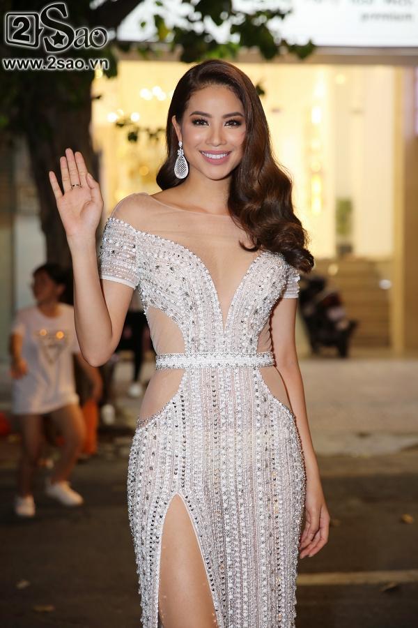 Diện váy in hình mình, Võ Hoàng Yến chặt đẹp Phạm Hương trên thảm đỏ Next Top-3