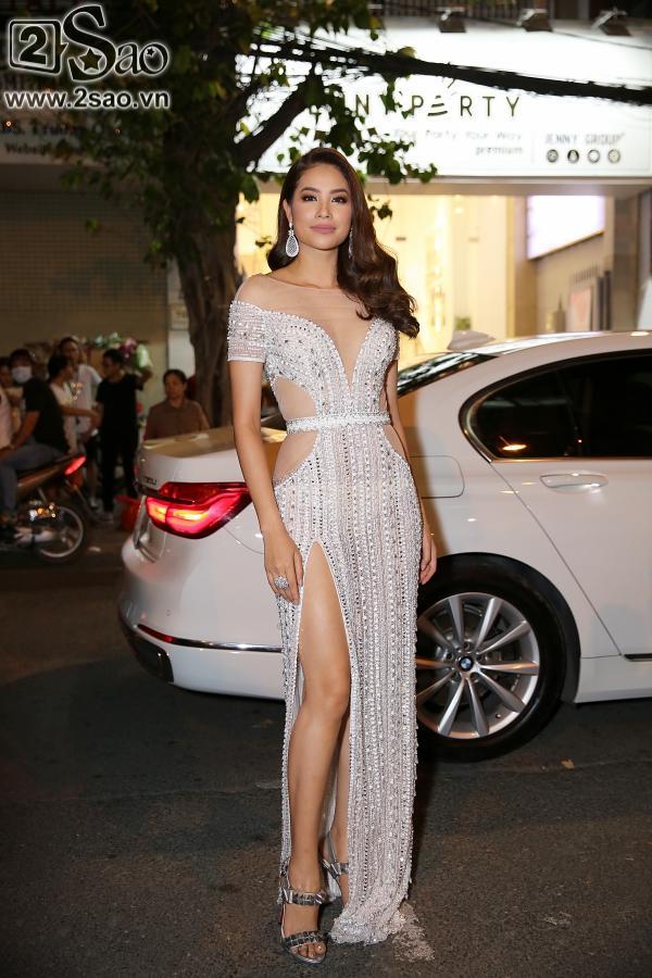 Diện váy in hình mình, Võ Hoàng Yến chặt đẹp Phạm Hương trên thảm đỏ Next Top-4