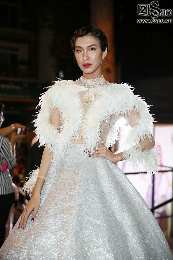 Diện váy in hình mình, Võ Hoàng Yến chặt đẹp Phạm Hương trên thảm đỏ Next Top-8