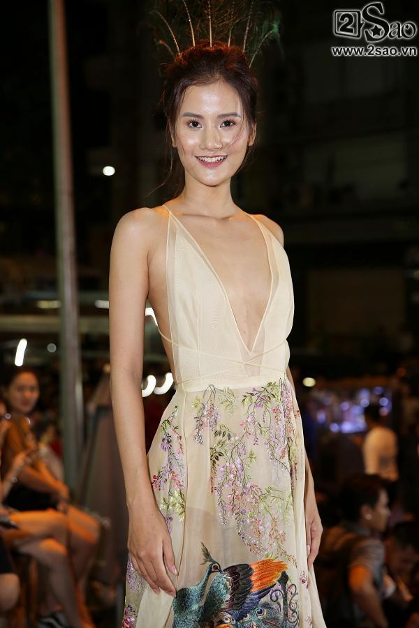 Diện váy in hình mình, Võ Hoàng Yến chặt đẹp Phạm Hương trên thảm đỏ Next Top-9