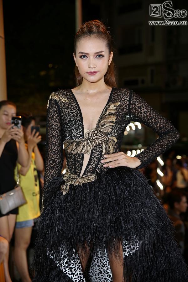Diện váy in hình mình, Võ Hoàng Yến chặt đẹp Phạm Hương trên thảm đỏ Next Top-10