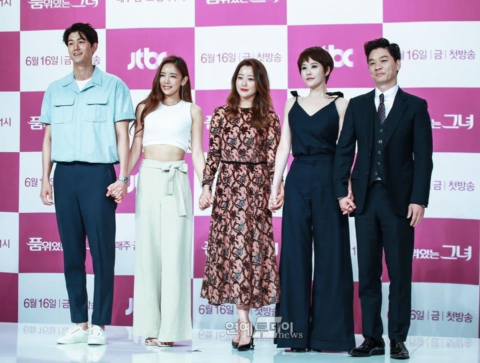 Sao Hàn 10/9: Nữ thần sexy HyunA tiết lộ từng tiệc tùng trong tình trạng bán khỏa thân-5
