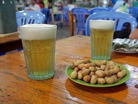 Chuyện ít người biết về nguồn gốc chiếc cốc uống bia 'huyền thoại'