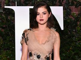 Selena Gomez chứng minh mặt tròn phúng phính vẫn có thể xinh đẹp quyến rũ tại sự kiện