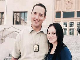 Mỗi ngày bé gái đều chào hỏi viên cảnh sát, đến lúc cô bé không xuất hiện, anh biết mình phải điều tra