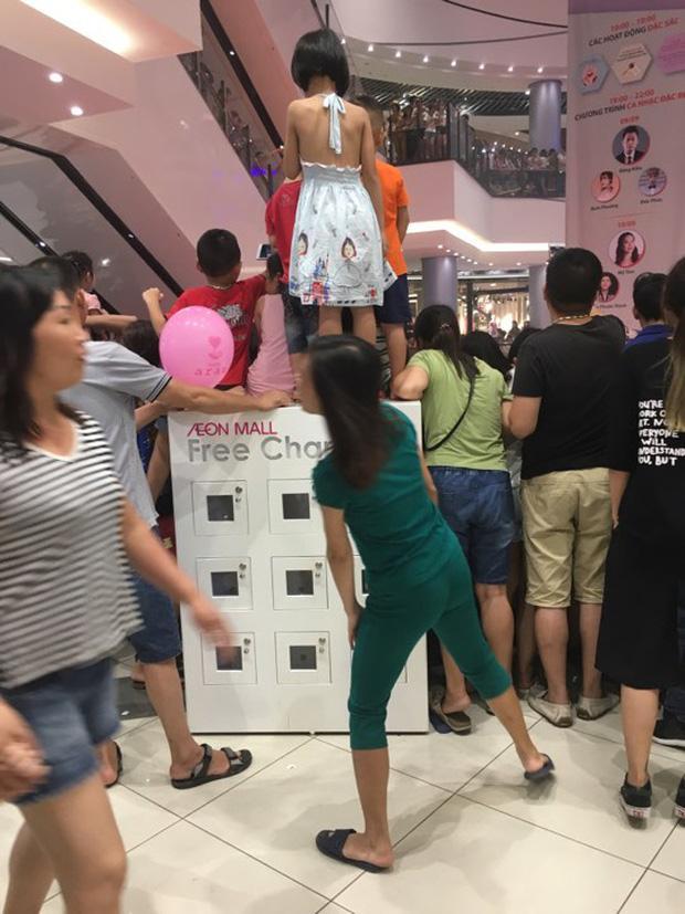 Bức xúc khi phụ huynh cho các con đứng đè lên tủ sạc điện ở Aeon Mall Long Biên để xem ca sĩ hát-1