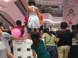 Bức xúc khi phụ huynh cho các con đứng đè lên tủ sạc điện ở Aeon Mall Long Biên để xem ca sĩ hát