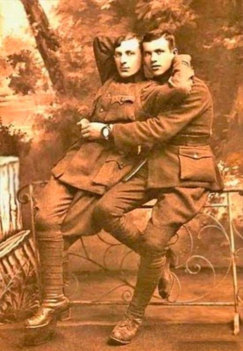 Những hình ảnh thân mật của các chàng trai cách đây 100 năm: Đồng tính không phải trào lưu-1