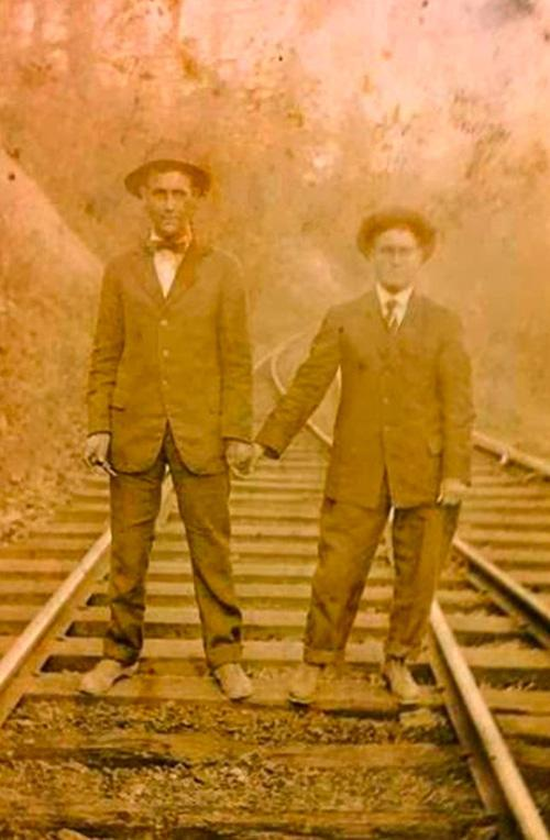 Những hình ảnh thân mật của các chàng trai cách đây 100 năm: Đồng tính không phải trào lưu-10