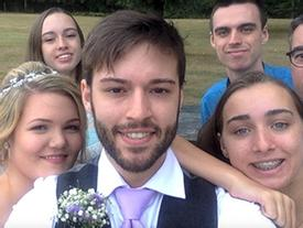 Anh chàng chụp ảnh 'tự sướng' cùng một tư thế từ năm 12 tuổi đến khi lấy vợ