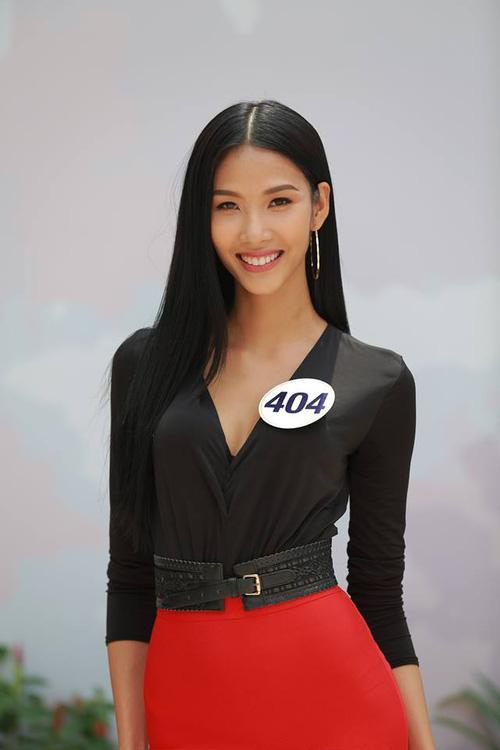 Hoàng Thùy - Mâu Thủy phong cách đối lập trong ngày thi phỏng vấn Hoa hậu Hoàn vũ-2