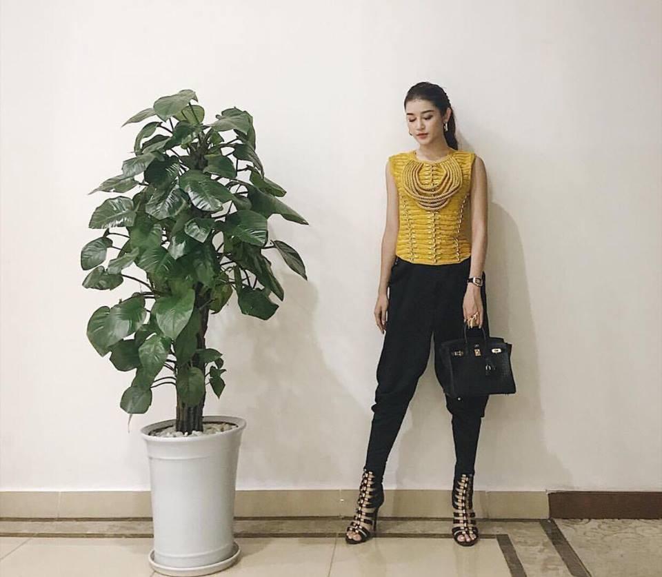 Cứ đen - trắng mà diện, street style của Kỳ Duyên vươn lên top sao mặc đẹp nhất tuần này-1