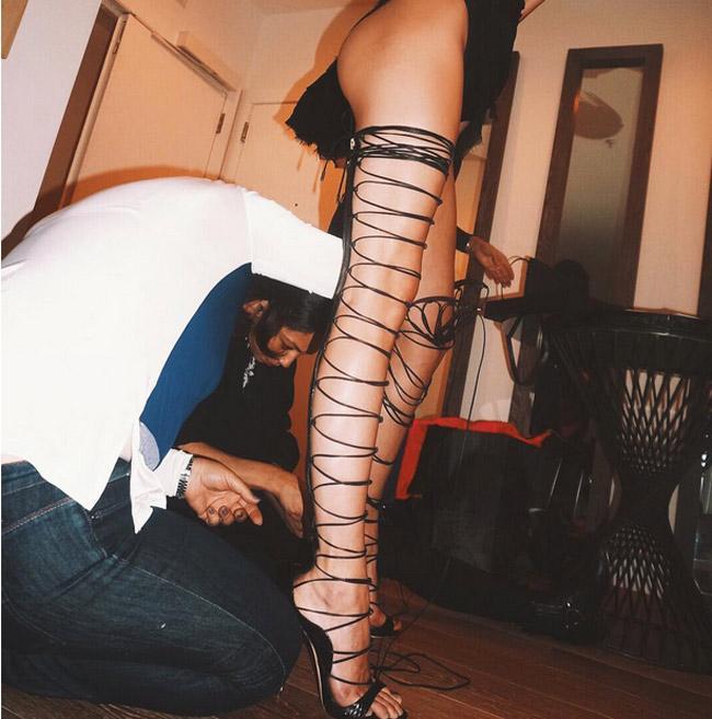 Đôi giày mỗi lần đi là phát khổ phát sở, nhưng vì sexy Rihanna vẫn cắn răng chịu đựng-9