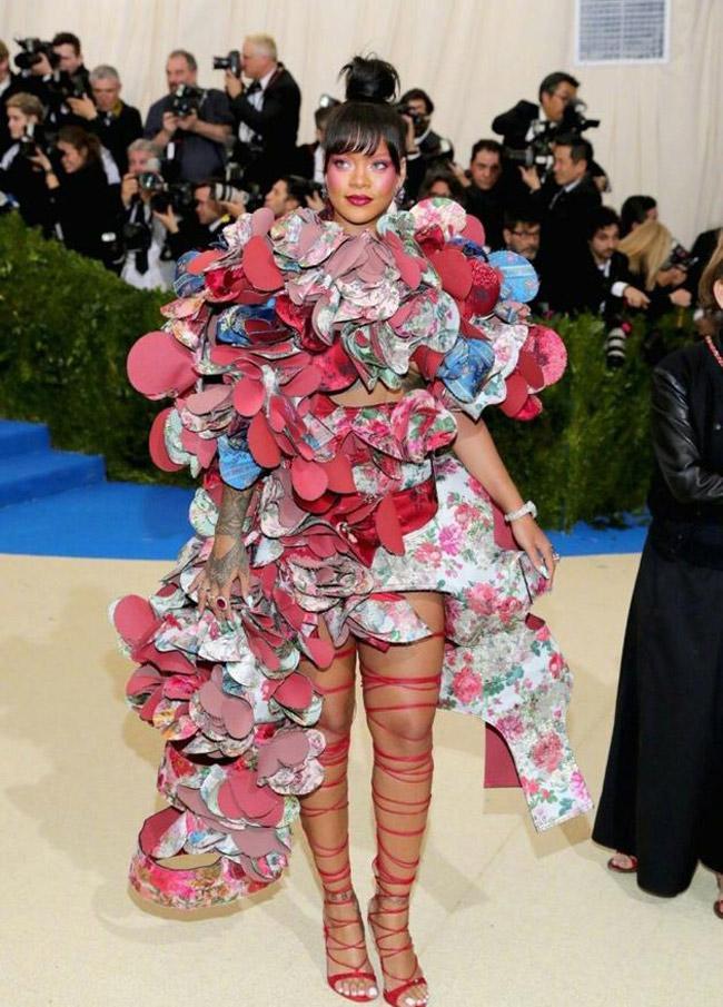 Đôi giày mỗi lần đi là phát khổ phát sở, nhưng vì sexy Rihanna vẫn cắn răng chịu đựng-4