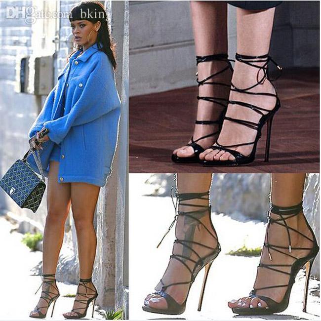 Đôi giày mỗi lần đi là phát khổ phát sở, nhưng vì sexy Rihanna vẫn cắn răng chịu đựng-6