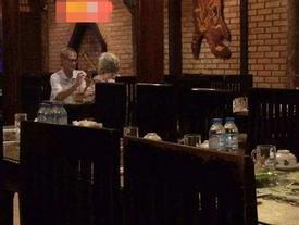 Hình ảnh đôi vợ chồng già trong quán ăn khiến ai đi qua cũng ngoái lại nhìn