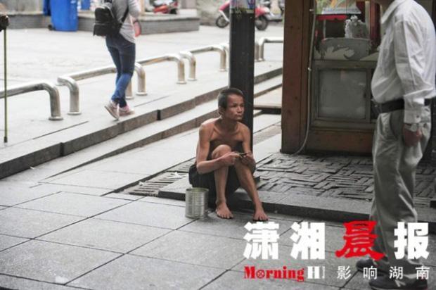 Người ăn mày khuyết tật tận tuỵ che ô cho cụ già chống nạng bước đi trong mưa gây xúc động-3