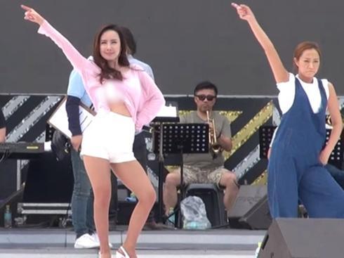 Nữ ca sĩ xinh đẹp của dòng nhạc Trot diễn tập sung đến lộ cả áo ngực