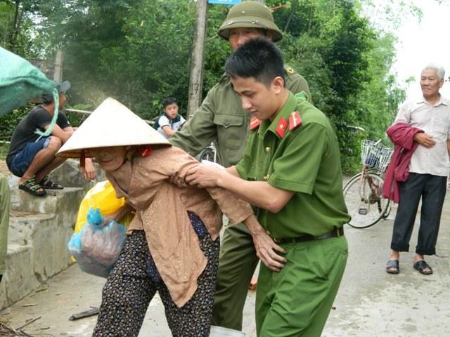 Hà Tĩnh: Hối hả di dời dân khỏi ốc đảo trước cơn bão số 10 đổ bộ-1