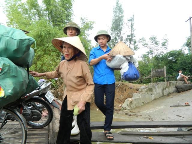 Hà Tĩnh: Hối hả di dời dân khỏi ốc đảo trước cơn bão số 10 đổ bộ-2