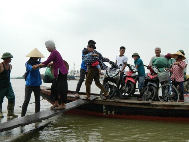 Hà Tĩnh: Hối hả di dời dân khỏi ốc đảo trước cơn bão số 10 đổ bộ-5
