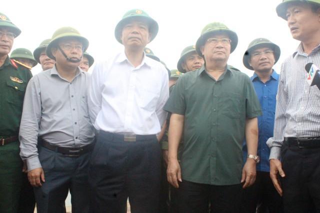 Hà Tĩnh: Hối hả di dời dân khỏi ốc đảo trước cơn bão số 10 đổ bộ-7
