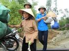 Hà Tĩnh: Hối hả di dời dân khỏi 'ốc đảo' trước cơn bão số 10 đổ bộ