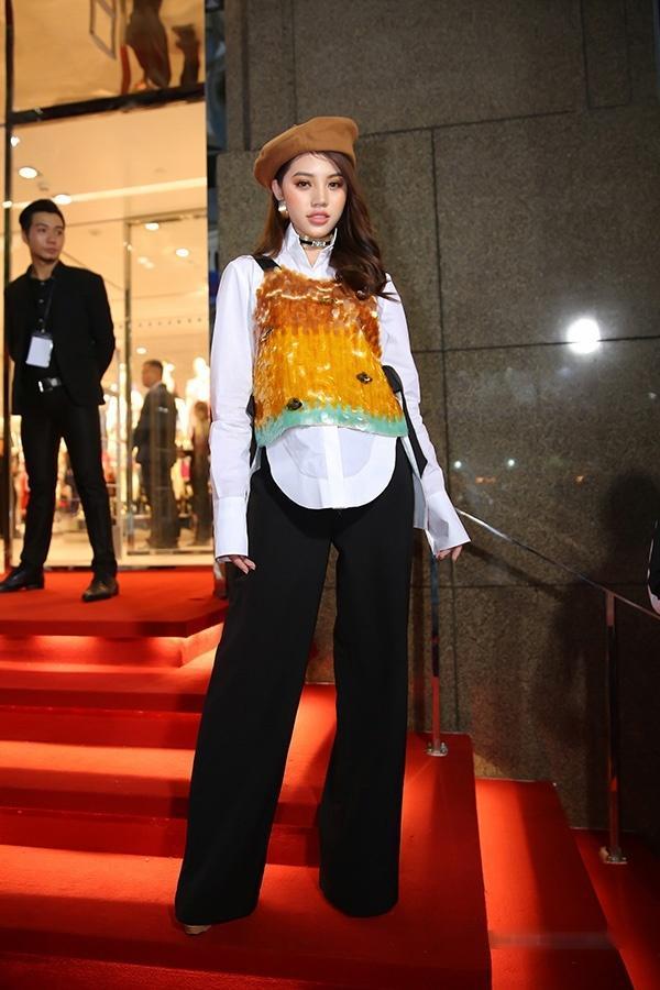 MC Quỳnh Chi lộ nội y kém duyên - Trương Ngọc Ánh rườm rà lọp top sao mặc xấu-10