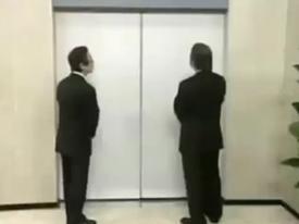 Clip hài: Tranh giành đi thang máy... 'ôm'