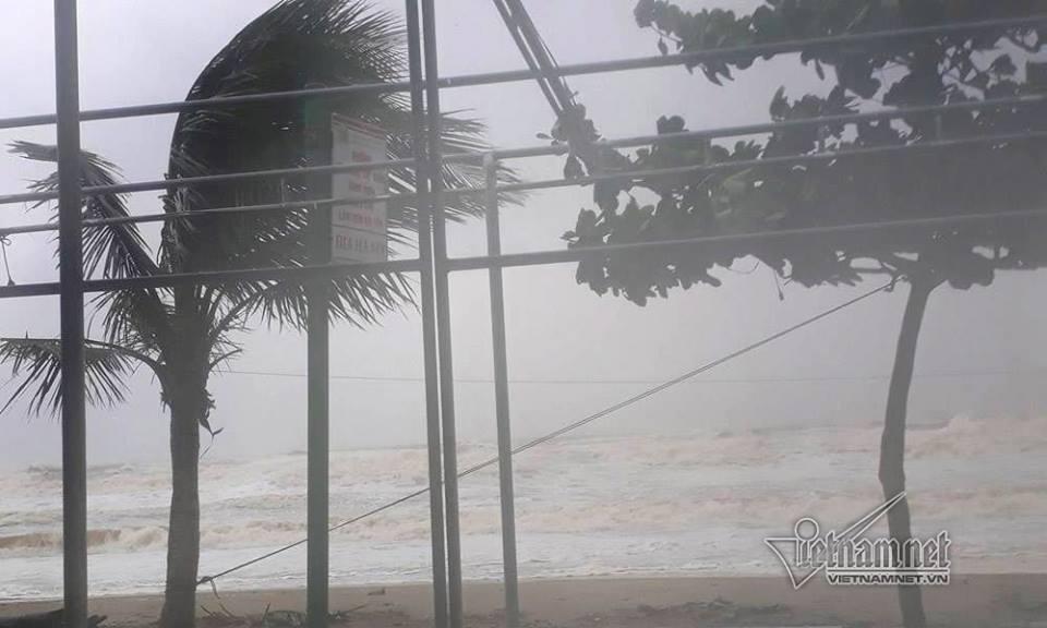 Những hình ảnh kinh hoàng khi bão số 10 đổ bộ vào miền Trung-4