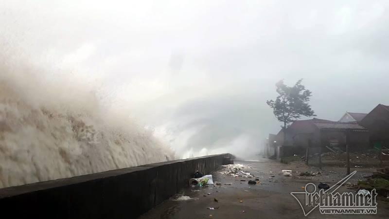 Những hình ảnh kinh hoàng khi bão số 10 đổ bộ vào miền Trung-1