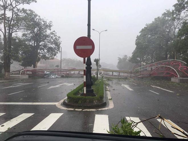 Những hình ảnh kinh hoàng khi bão số 10 đổ bộ vào miền Trung-7