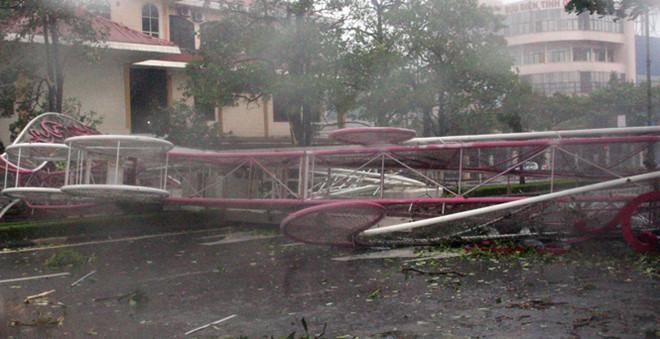 Những hình ảnh kinh hoàng khi bão số 10 đổ bộ vào miền Trung-8