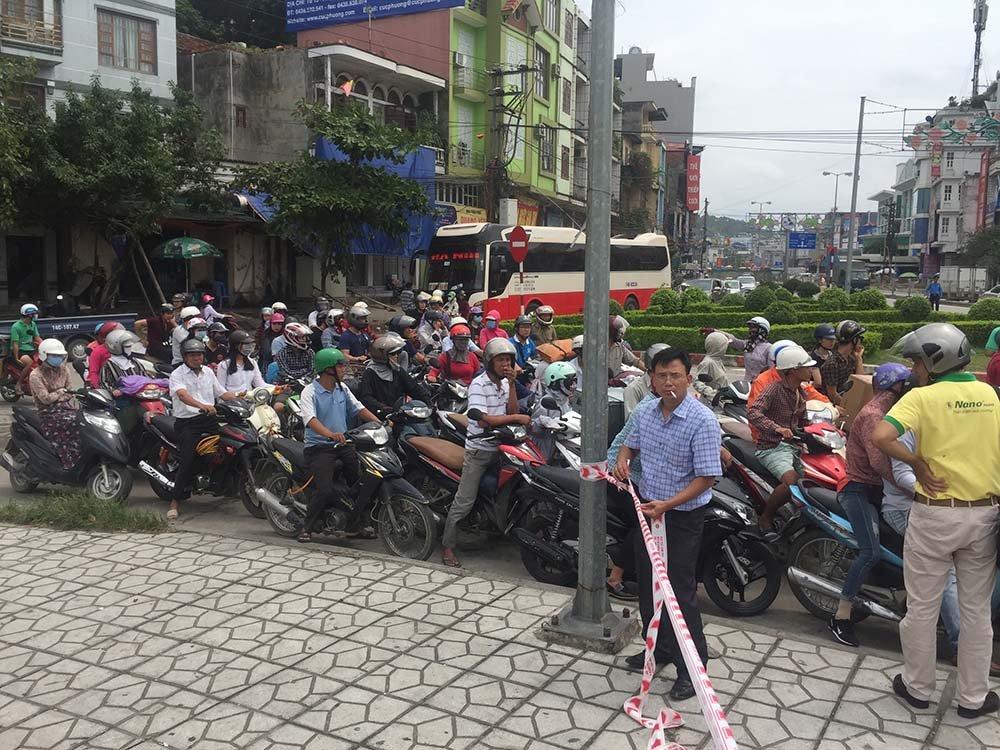 Quảng Ninh: Gió giật cực mạnh, cấm xe máy qua cầu Bãi Cháy-3