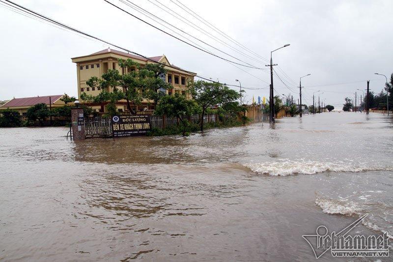 Bão số 10 quét qua, nhiều tỉnh thành ở Việt Nam thất thủ-10