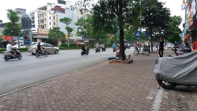 Lời kể người chứng kiến vụ vợ hô cướp, chồng bị dân truy đuổi đánh gãy răng gây náo loạn ở Hà Nội-4