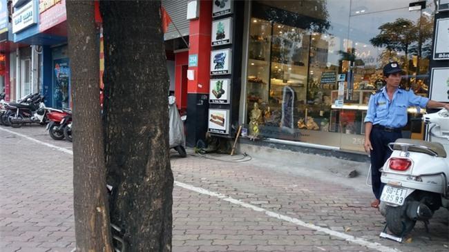 Lời kể người chứng kiến vụ vợ hô cướp, chồng bị dân truy đuổi đánh gãy răng gây náo loạn ở Hà Nội-5