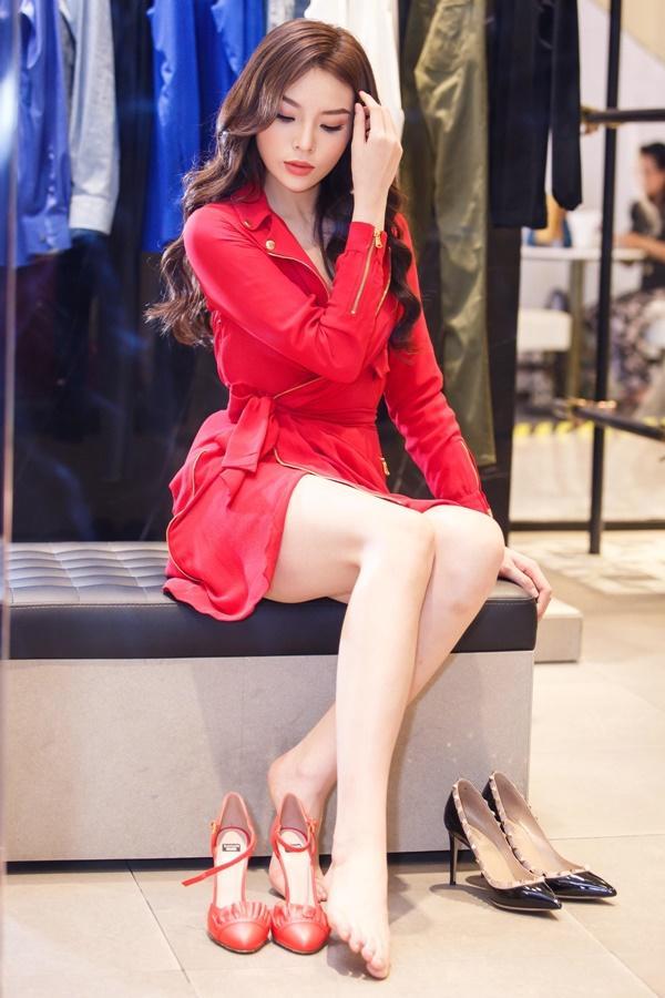 Hoa hậu Kỳ Duyên phủ đầy hàng hiệu khi đến Milan Fashion Week 2017-1
