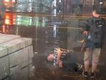 Bất chấp mưa bão, chàng trai vẫn nằm lăn ra đường giả vờ ngất để 'ăn vạ' người yêu