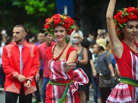'Lóa mắt' trước nhan sắc xinh đẹp của dàn vũ nữ trên phố đi bộ Hà Nội