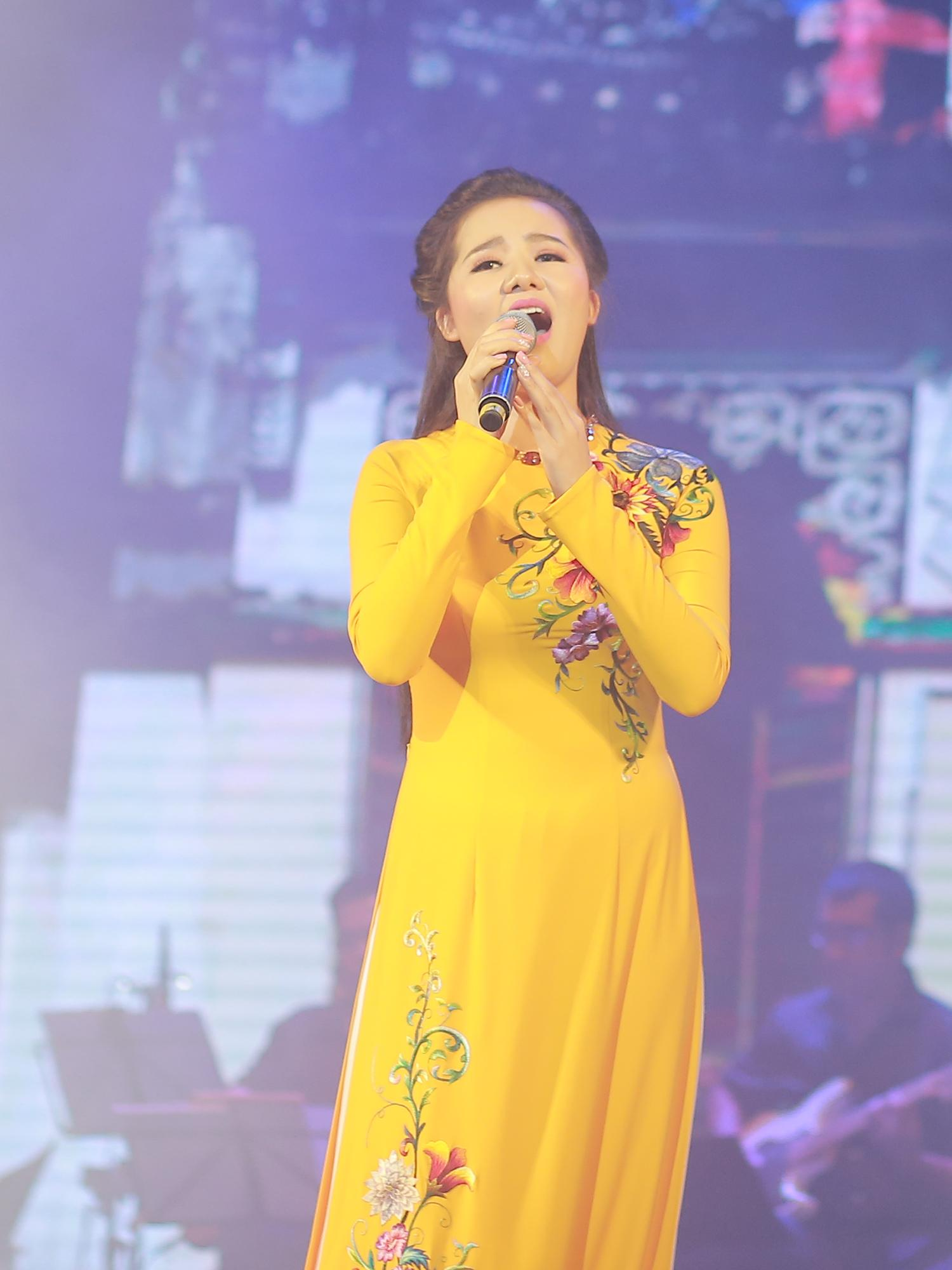 Hoa khôi Sao Mai Thùy Dung khiến khán giả rơi lệ ngày trở lại-5