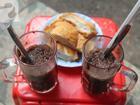 Chuyện kể từ đôi bàn tay 'kỳ dị' của dì Tám bán ca cao bánh mì làm người Sài Gòn thương nhớ