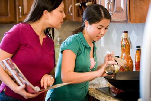 Bản cáo trạng hài hước về nhà có 3 nàng dâu, cô nổi danh lười và bẩn, cô chuyên phải rửa bát một mình-6